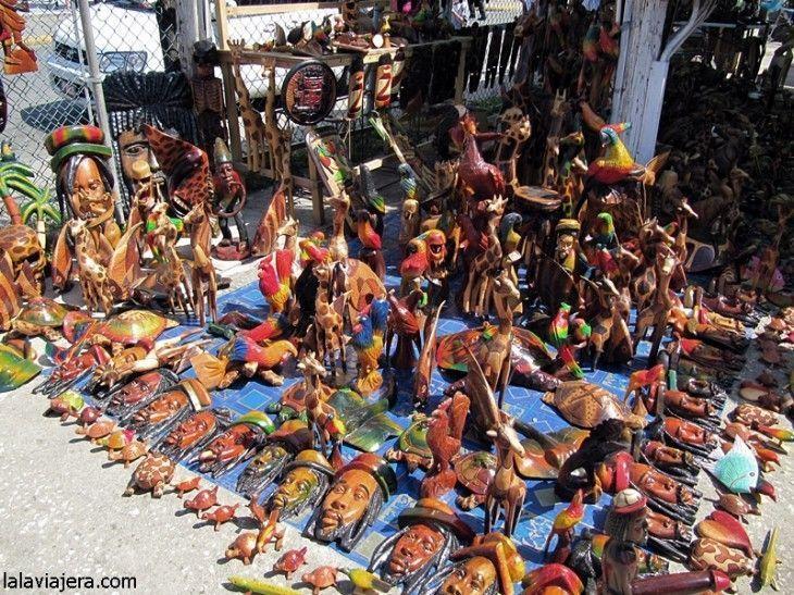De compras en el mercadillo de artesanías de Ocho Ríos, Jamaica