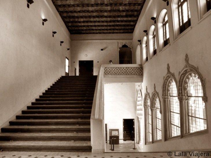 Escalera del Palacio de los Reyes Catolicos en la Aljaferia