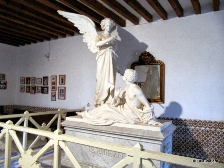 Escultura del ángel caído en el Monasterio de Miramar