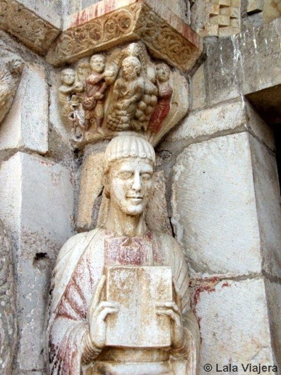 Estatuas en la portada de la basílica Saint-Just de Valcabrère