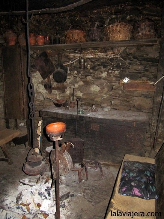 Interior de la palloza museo de Pereda de Ancares