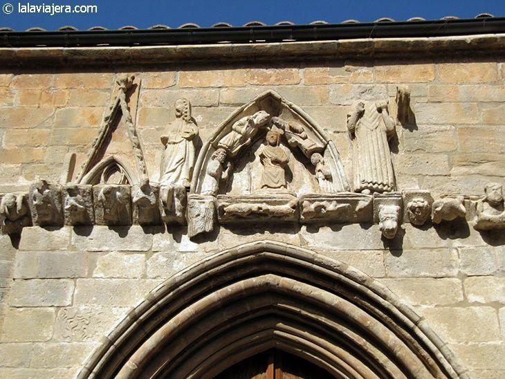 Friso decorativo de la portada de la Ermita de Abajo del Santuario de la Virgen de la Fuente, en Peñarroya de Tastavins