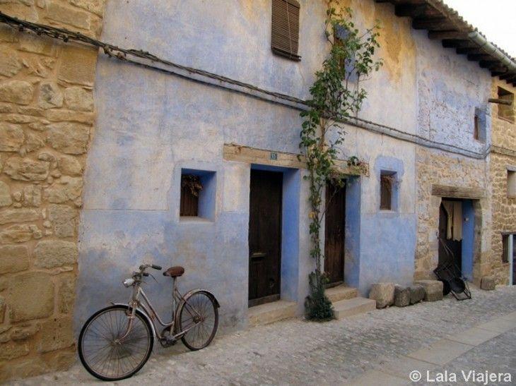 Casa pintada de añil, típico en los pueblos del Matarranya