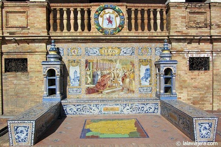 León, en la Plaza España de Sevilla