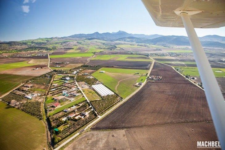 Sobrevolando la Sierra de Cádiz en avioneta. (Foto de machbel.com)