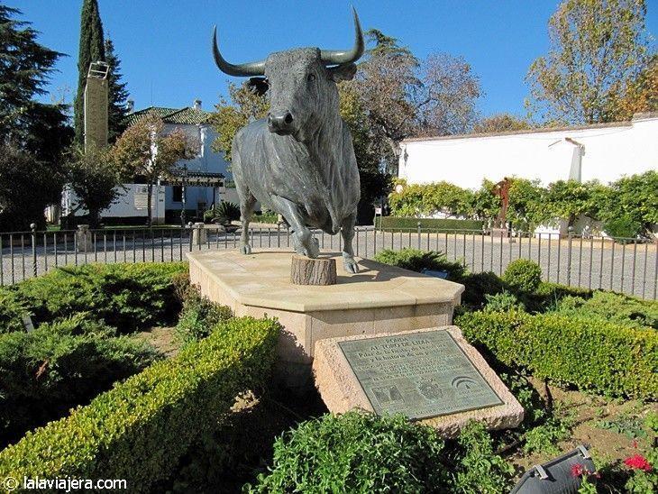 Monumento al Toro de Lidia frente a la Plaza de Toros de Ronda
