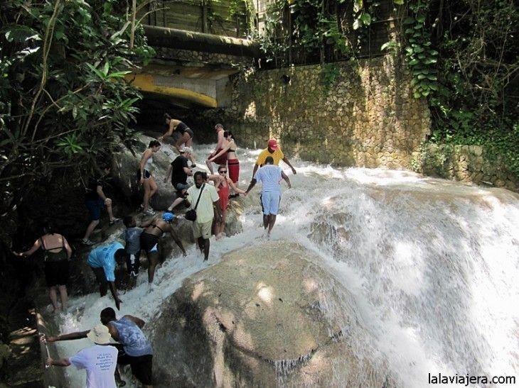 Escalando las cataratas Dunn's River, Jamaica