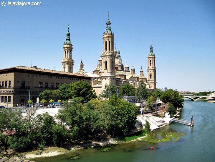 La Basílica del Pilar desde el puente de piedra sobre el río Ebro