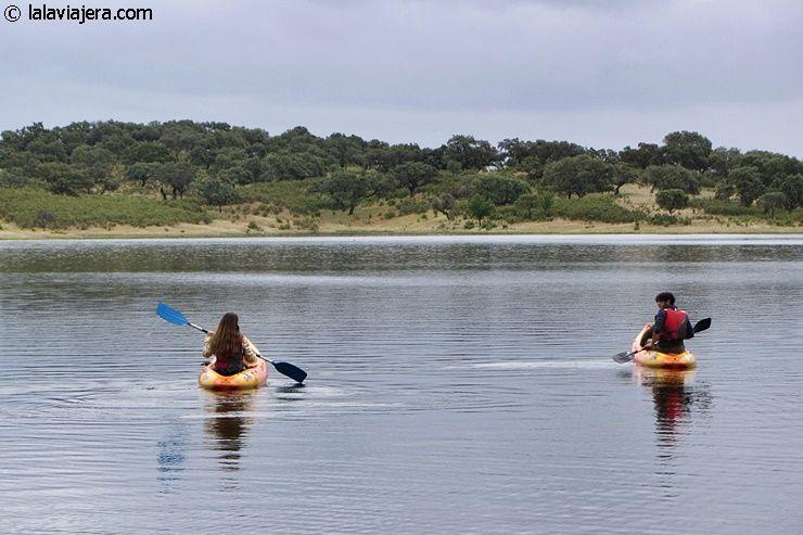 Practicando kayak en el embalse de Aracena
