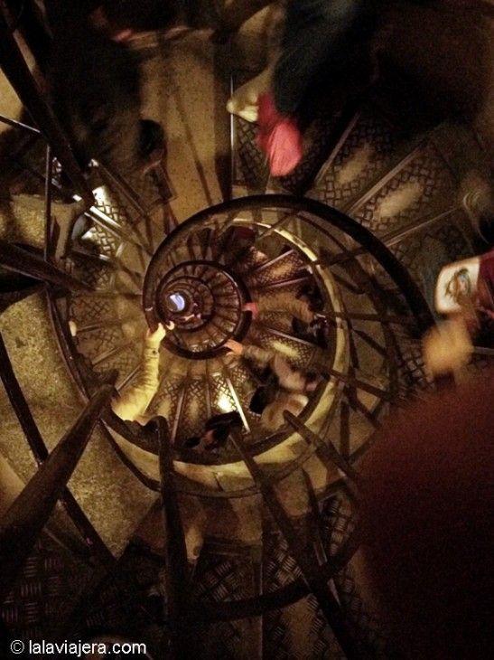 Escalera de caracol del Arco del Triunfo, París