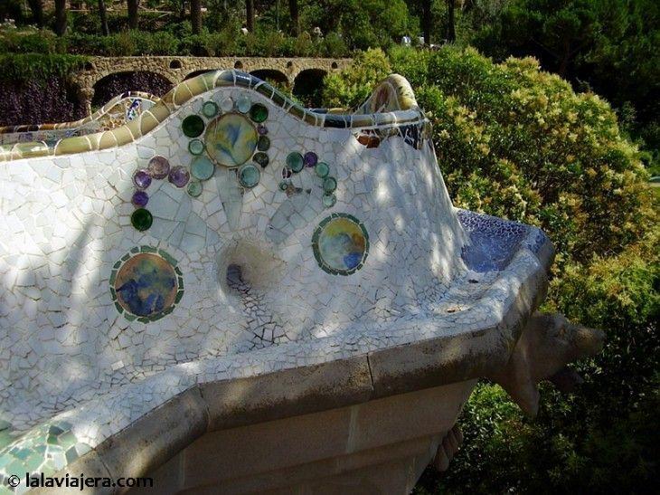 Banco mirador en la Plaza de la Naturaleza del Parque Güell