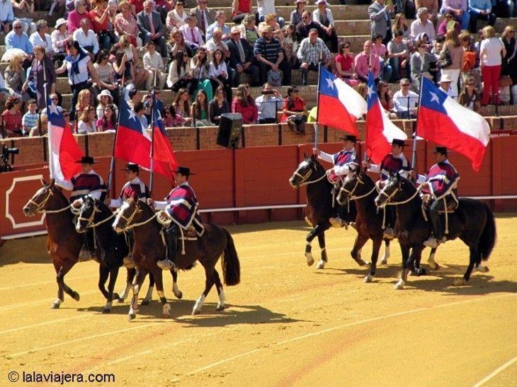 Desfile de enganches y carruajes en la Maestranza durante la Feria de Abril