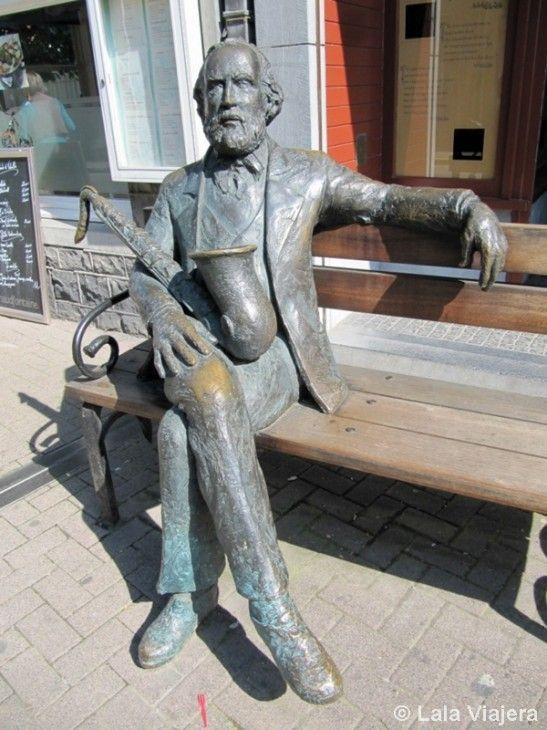 Escultura de Adoplhe Sax frente a la Maison Sax