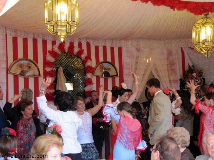 Bailando sevillanas en una caseta de la Feria de Abril de Sevilla