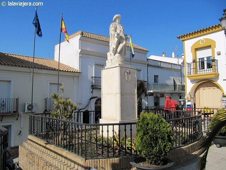 Monumento de Martín Alonso Pinzón en la Plaza del Ayuntamiento de Palos de la Frontera
