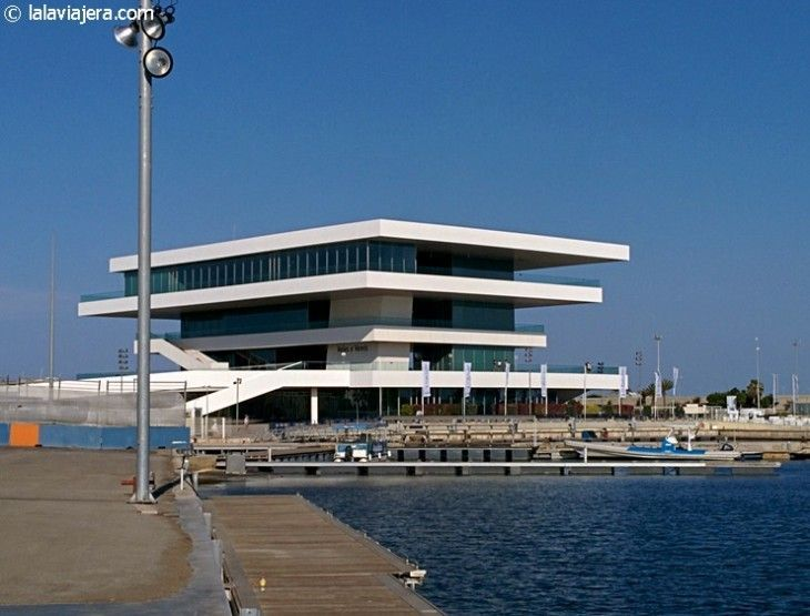 Edificio Veles e Vents, emblema de la Marina Real Juan Carlos I