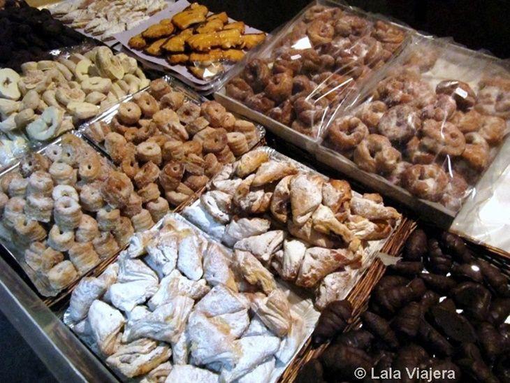 Puesto de dulces artesanos del mercadilo medieval del Descubrimiento