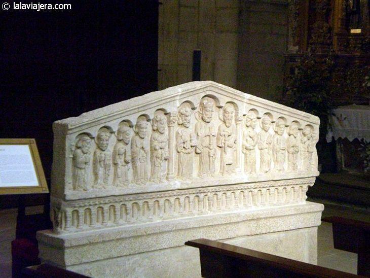 Retablo en piedra, en el interior de la Iglesia de Santo Estevo