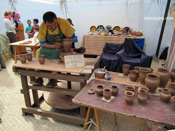 Talleres de oficios artesanos en el Mercado Medieval del Descubrimiento, en Palos de la Frontera