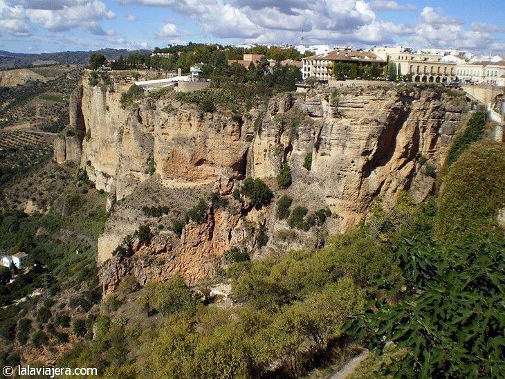El Tajo de Ronda, una garganta de 100 metros de altura sobre el cauce del Guadalevín