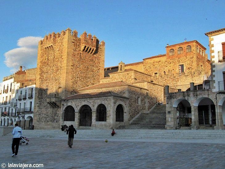 Torre de Bujaco y Ermita de la Paz en la Plaza Mayor de Cáceres
