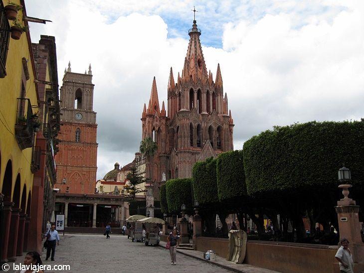 Basílica de San Miguel e Iglesia de San Rafael, en la Plaza Allende