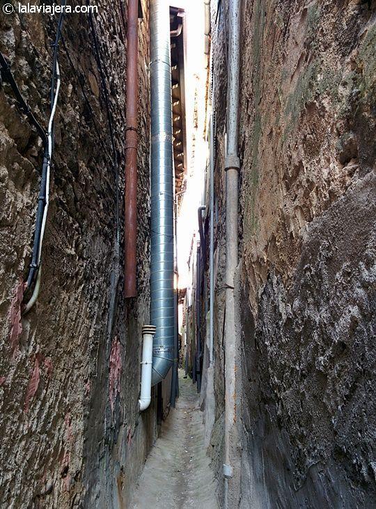 Curiosos callejones muy estrechos en Garganta la Olla