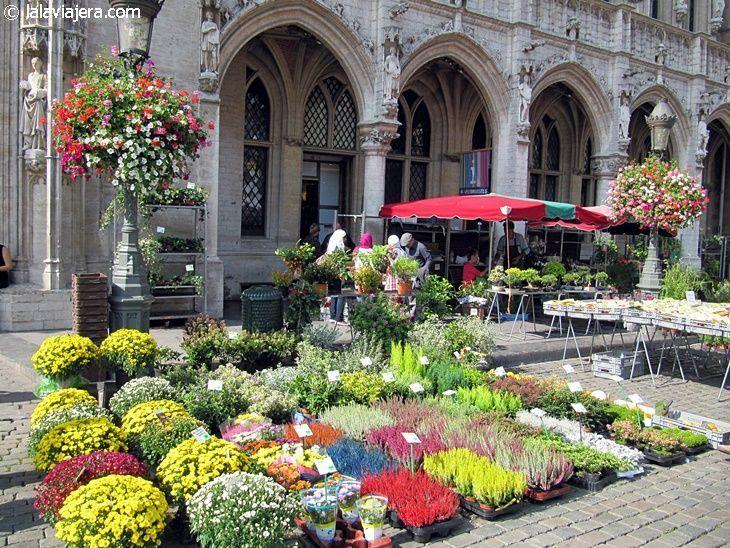 Puestos de flores en la Grand Place de Bruselas