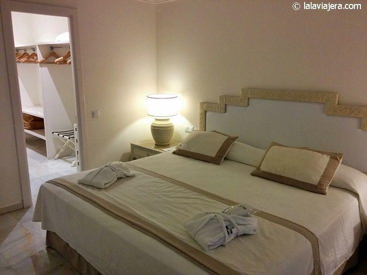 Cama king size y vestidor de la Junior Suite (hotel Iberostar Marbella Coral Beach)